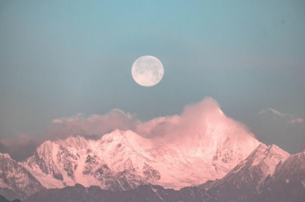 Luna llena sobre montañas