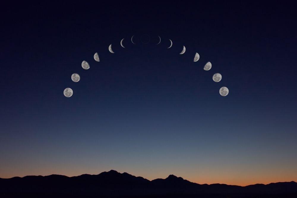 luna en distintas fases en un cielo nocturno
