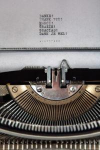 Máquina de escribir con gracias en distintos idiomas